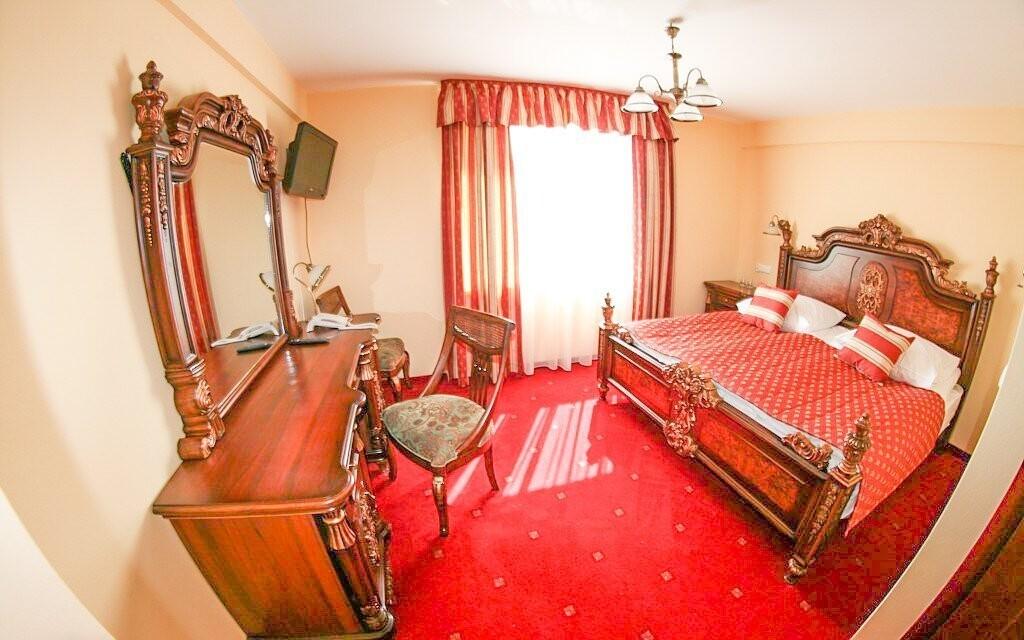 Ubytování nabízí hotel ve stylově zařízených pokojích