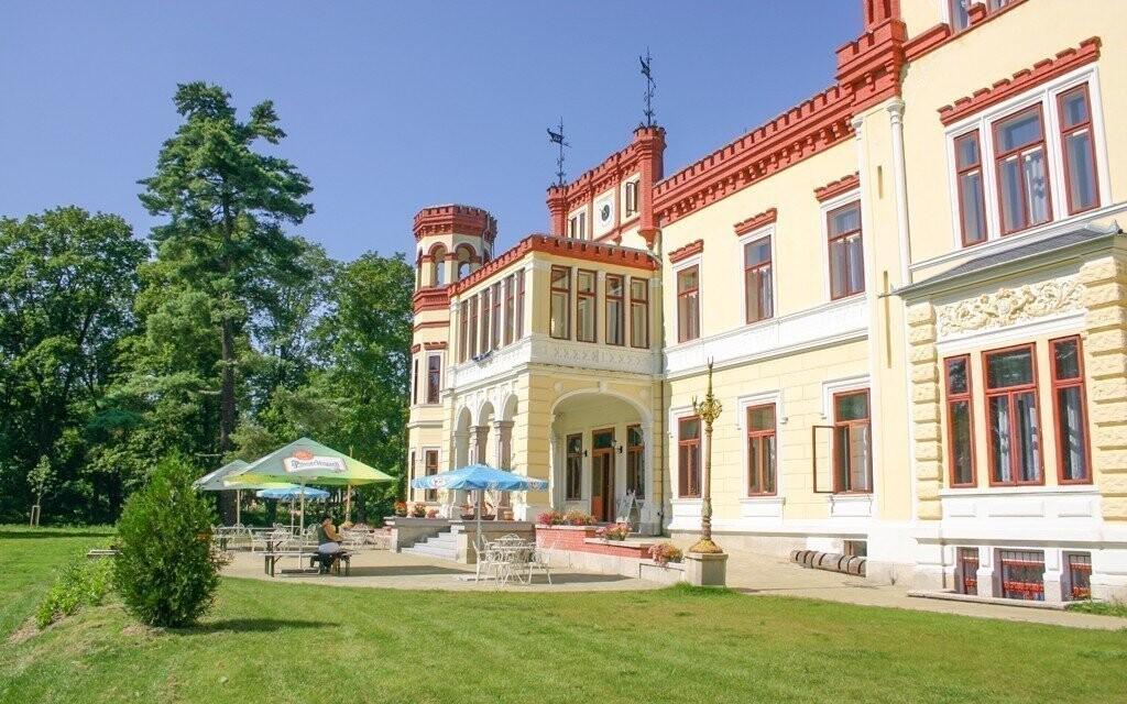 Hotel je obklopený nádherným zámeckým parkem