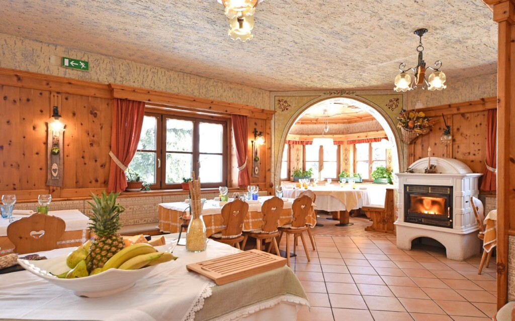 Hotelová reštaurácia má horskú atmosféru aj vlastný krb