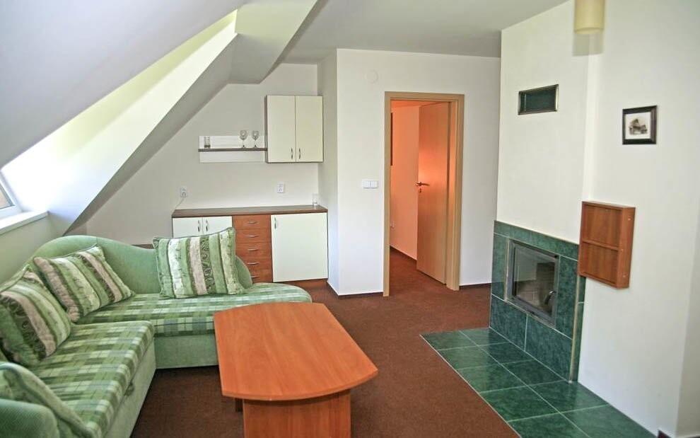 Apartmány sú zariadené aj obývacou izbou s krbom