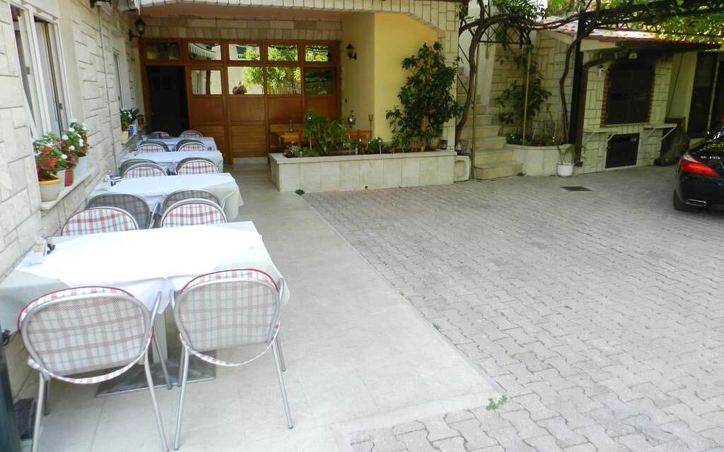 Vonkajšie posedenie vo dvore Hoteli Makarska ***
