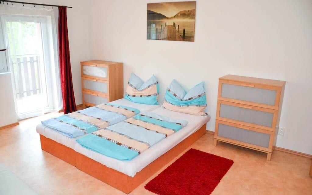 Ubytování je prostorné, zahrnuje i gauč a komody