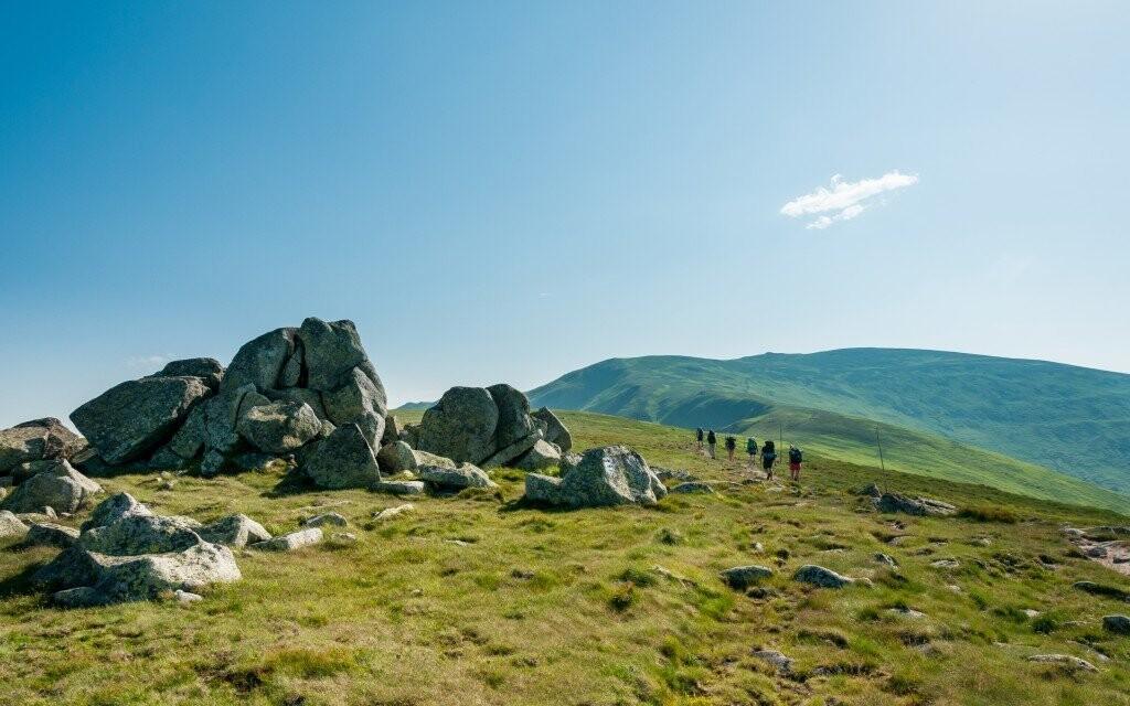 Modrá obloha a zelené stráně - ideální pro dlouhé procházky