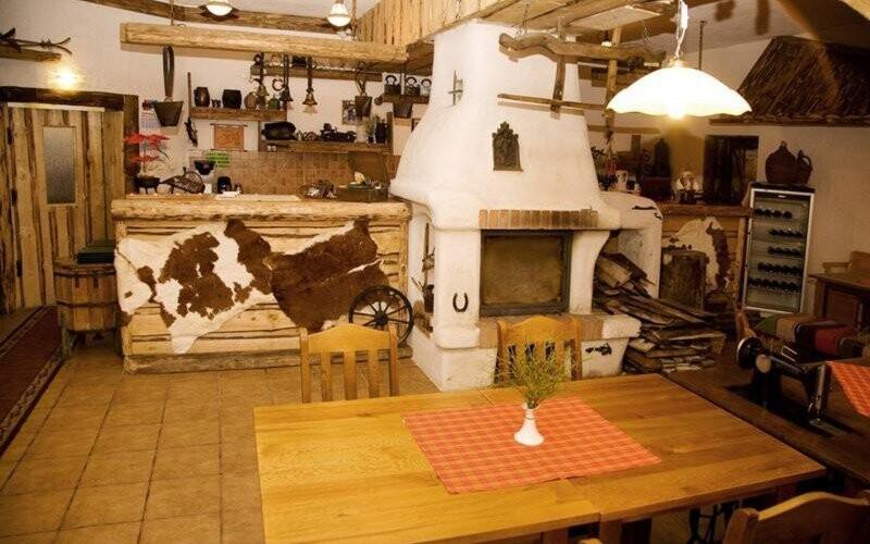 Chata je zařízena v horském stylu