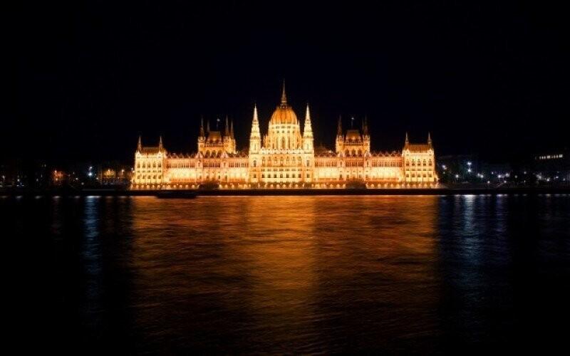 Budapešť parlament dunaj leto cestovanie pobyt zlava