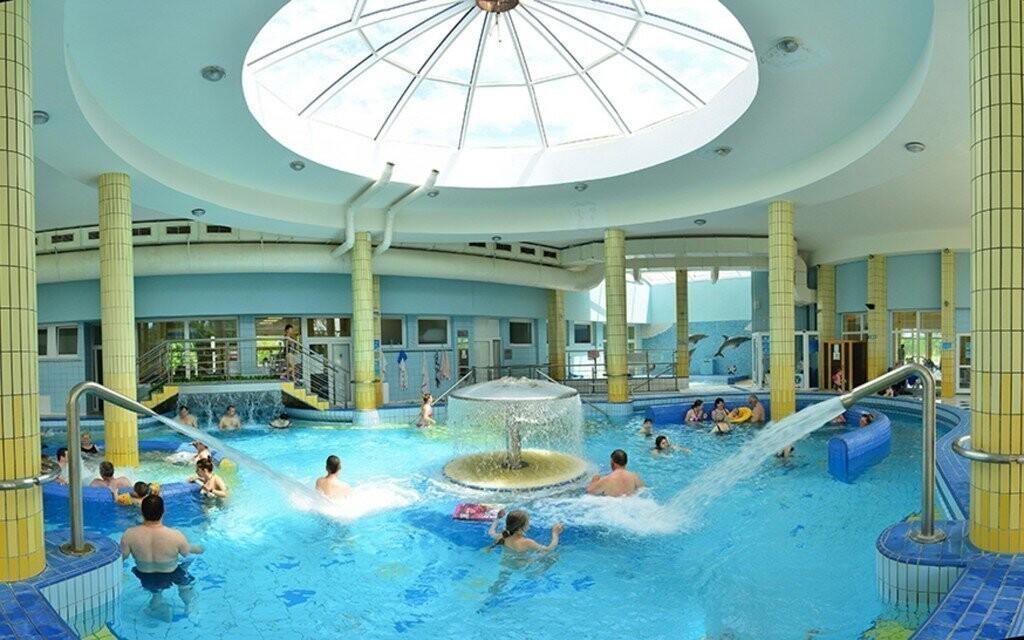 V bazénech Thermalparku je spoustu atrakcí, třeba chrliče nebo trysky