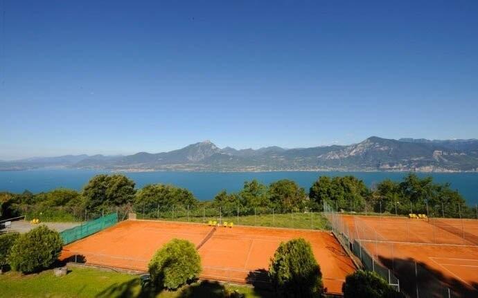 Zahrajte si tenis a kochejte se skvělým výhledem