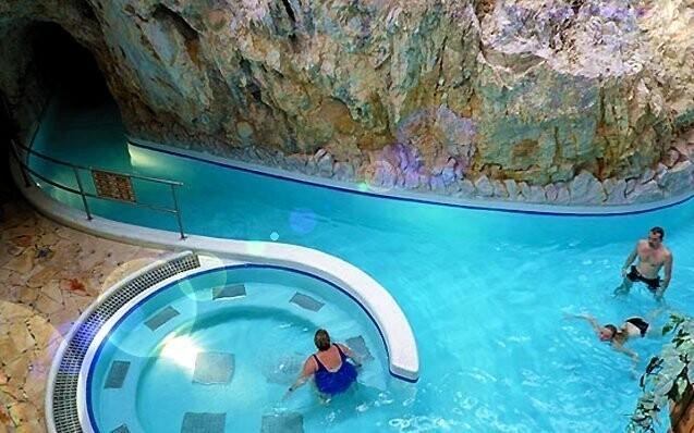 Jeskynní lázně a jezero vás uchvátí svou atmosférou