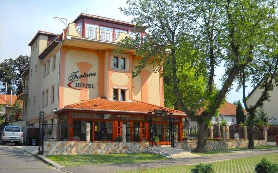 Hotel Fortuna leží kousek od jeskynních lázní