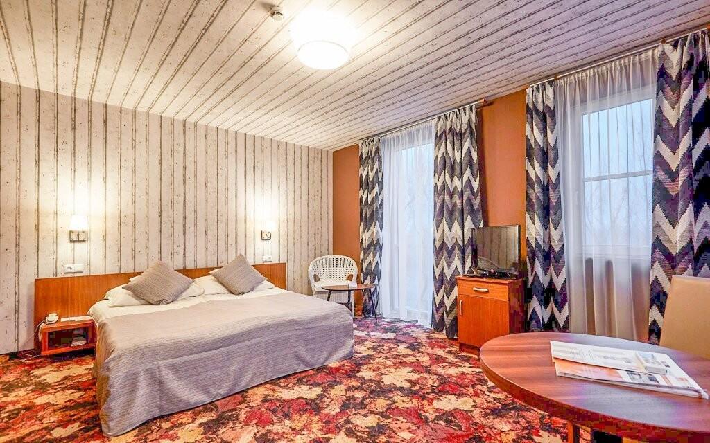 Pokoje hotelu jsou útulně zařízené