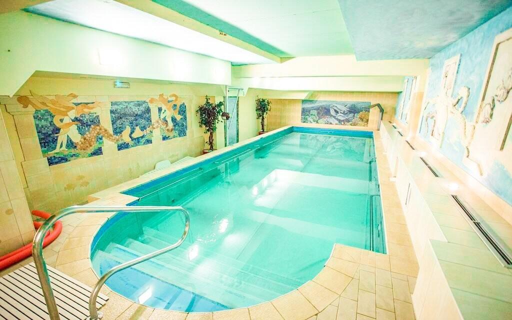 Skočte si do hotelového plaveckého bazénu kolikrát chcete