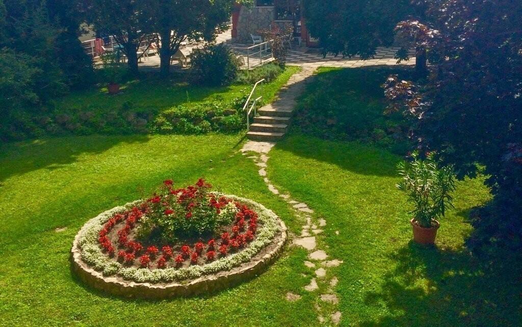 Projděte se krásnou hotelovou zahradou