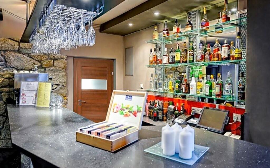 V baru si vychutnejte koktejl či víno
