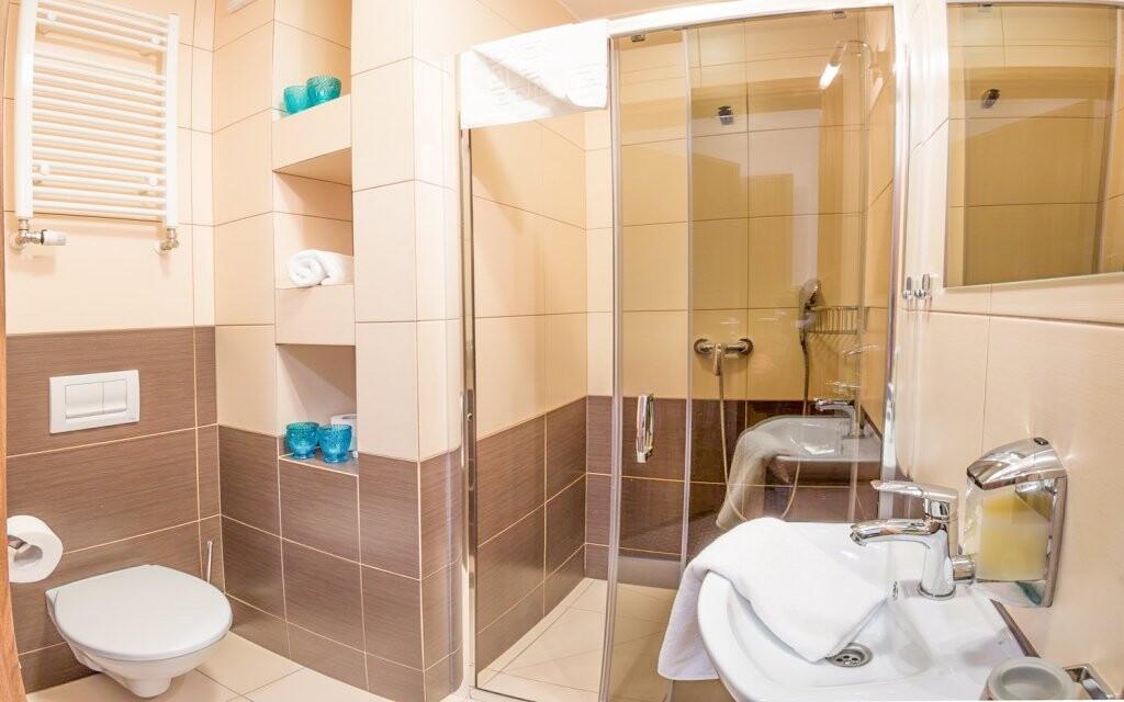 K pokoji přiléhá krásná koupelna