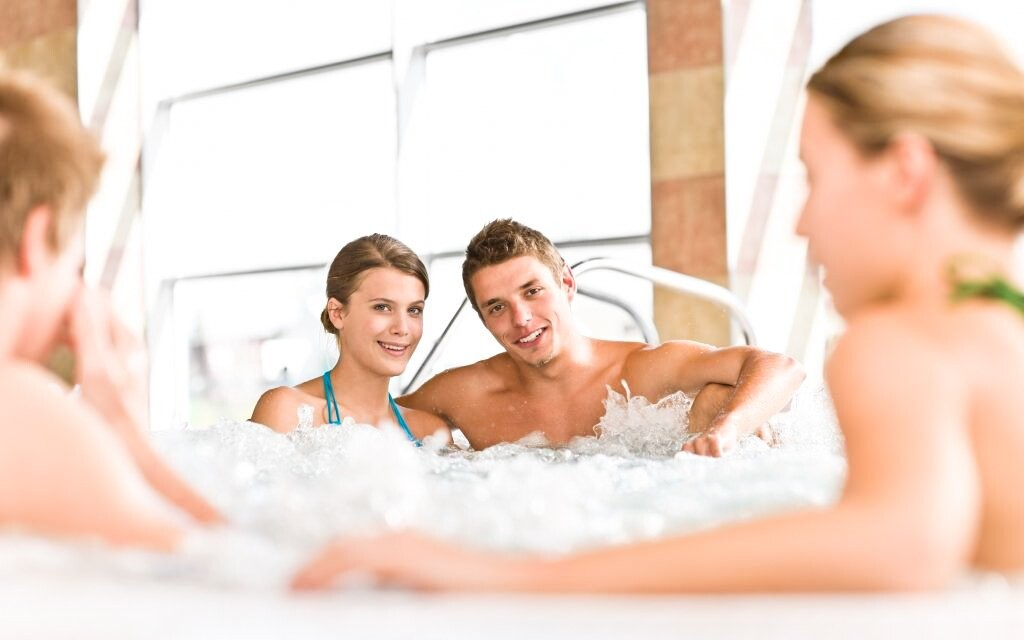 Užijte si pohodu a relax ve vířivce městského bazénu