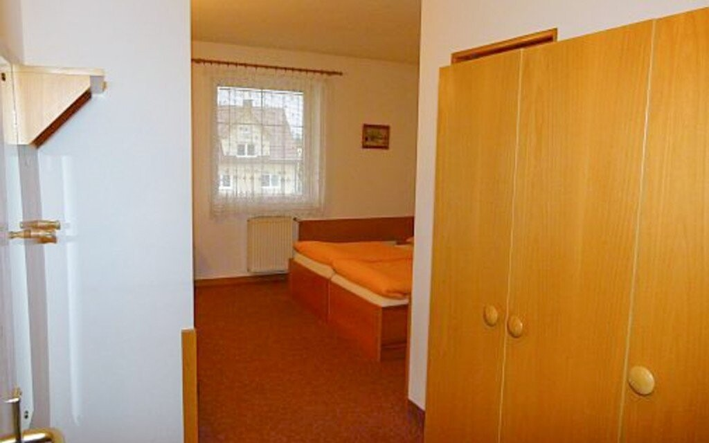 Pokoje jsou jednoduše, ale pohodlně zařízeny
