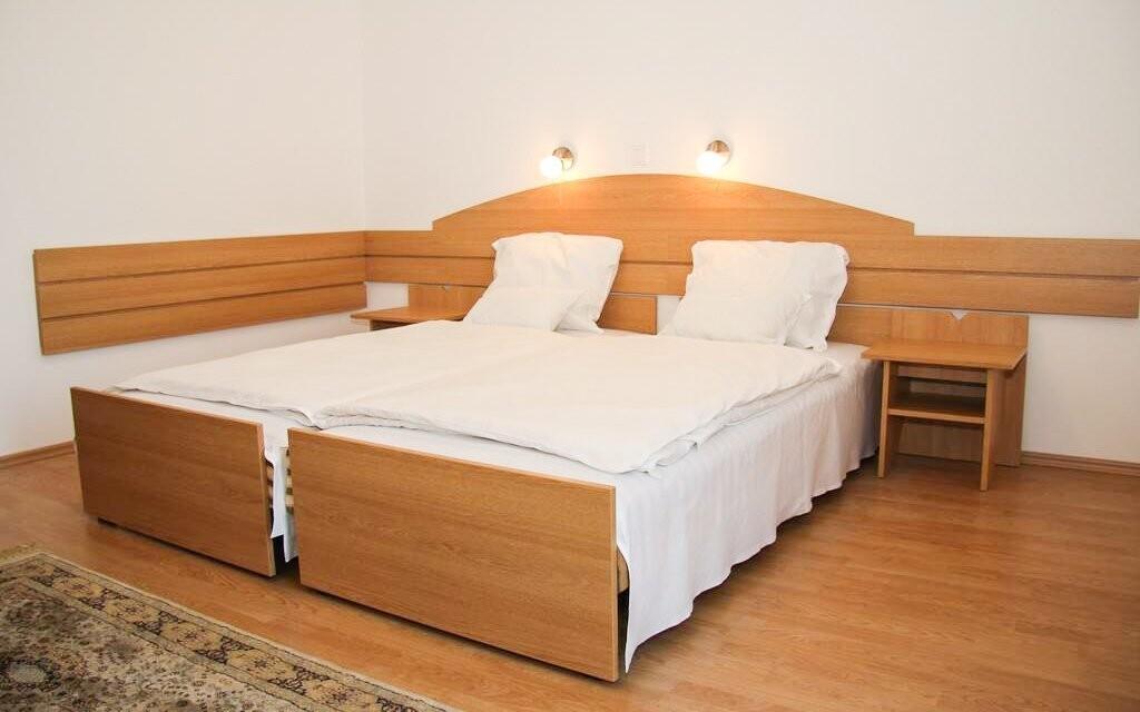 Pokoje jsou čistě a pohodlně zařízeny