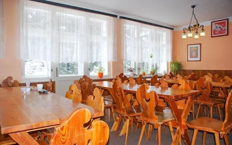 Restaurace je zařízena v horském stylu