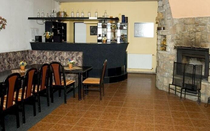 Kromě restaurace najdete v hotelu také salonek s krbem