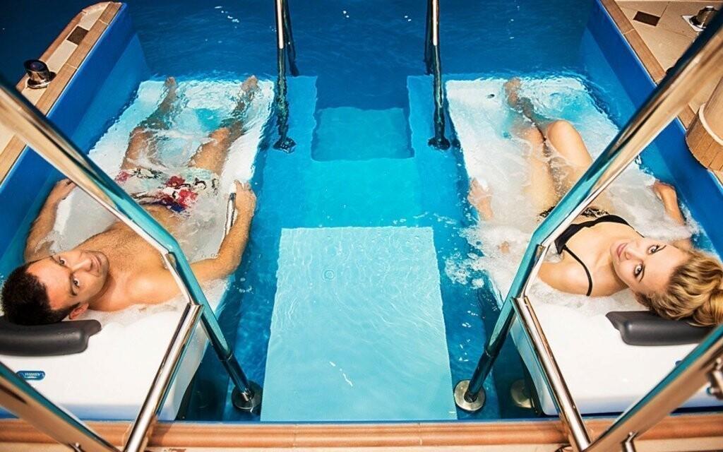 V bazénu nechybí masážní trysky ani lehátka