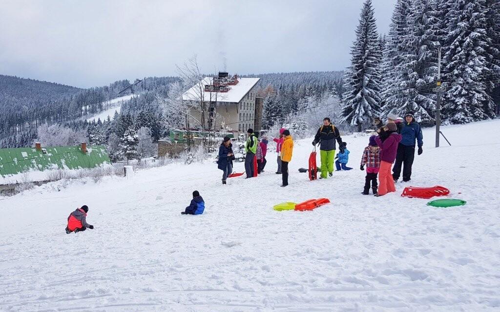Zalyžujete si v blízkém ski areálu