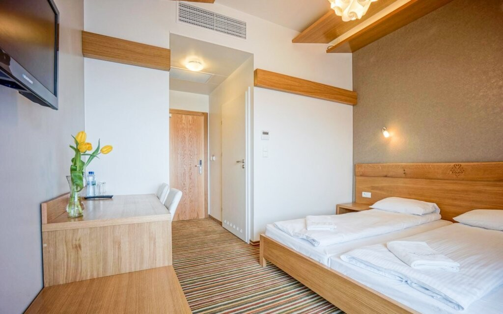 Luxusně zařízené pokoje hotelu ve světlých barvách
