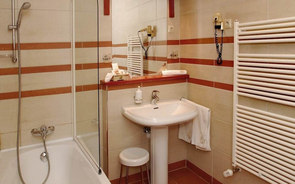Součástí pokoje je i koupelna