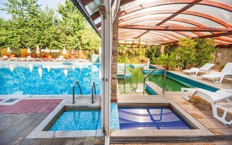 Součástí wellness je plavecký a termální bazén