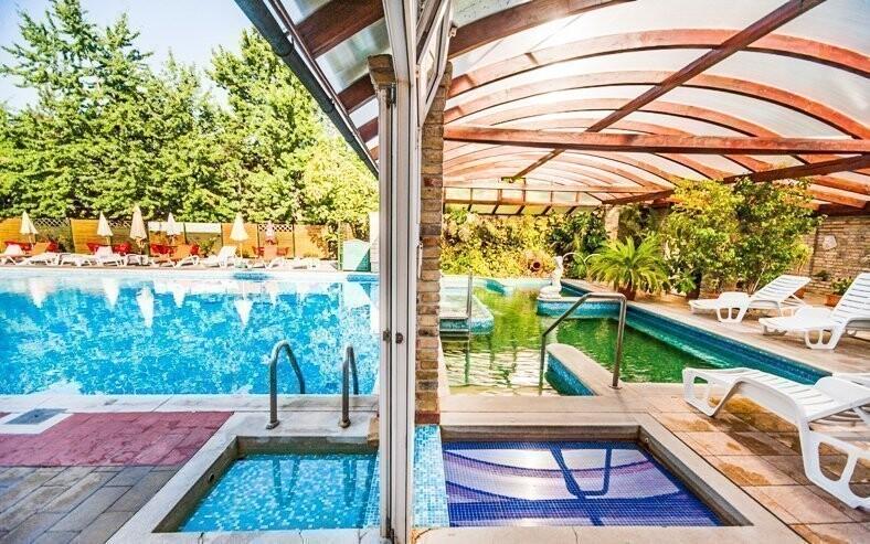 Užijte si vnitřní i venkovní bazény s termální vodou
