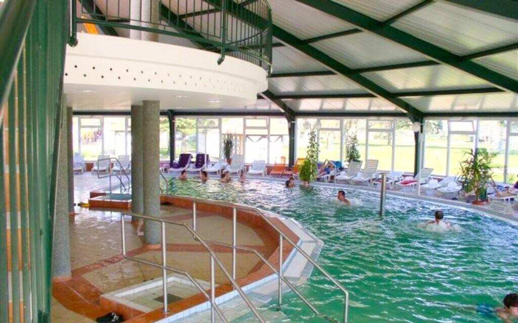 Najdete zde i velký vnitřní bazén