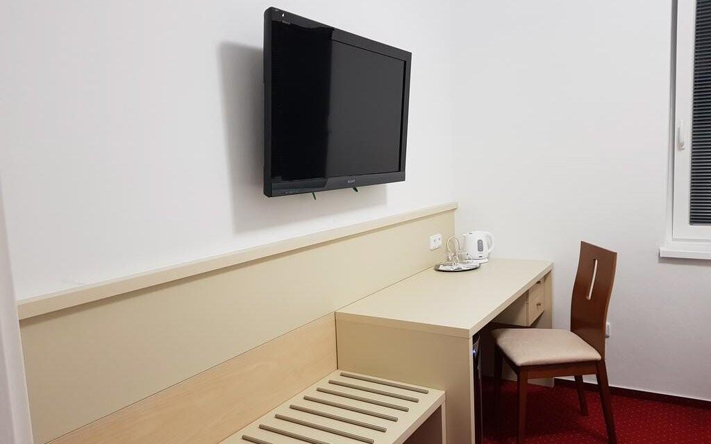 Pokoje jsou příjemně vybaveny