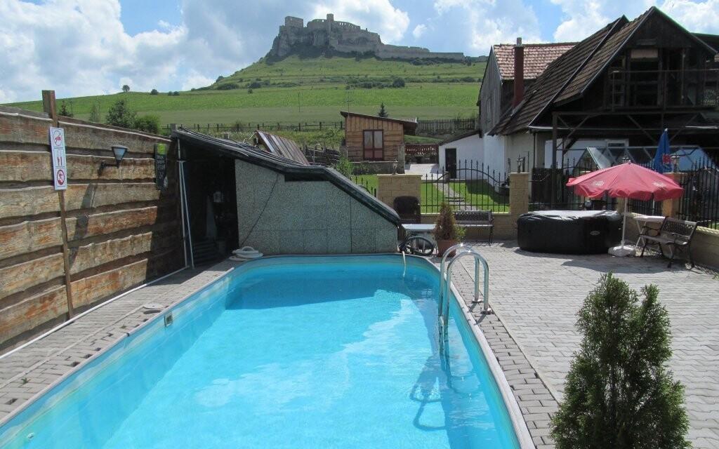 Penzion Podzámok nabízí krásný výhled i bazén