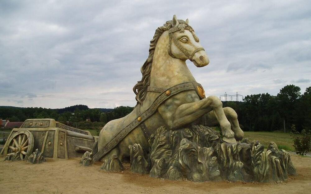 Třeba jednu ze soch Michala Olšiaka, které jsou v okolí