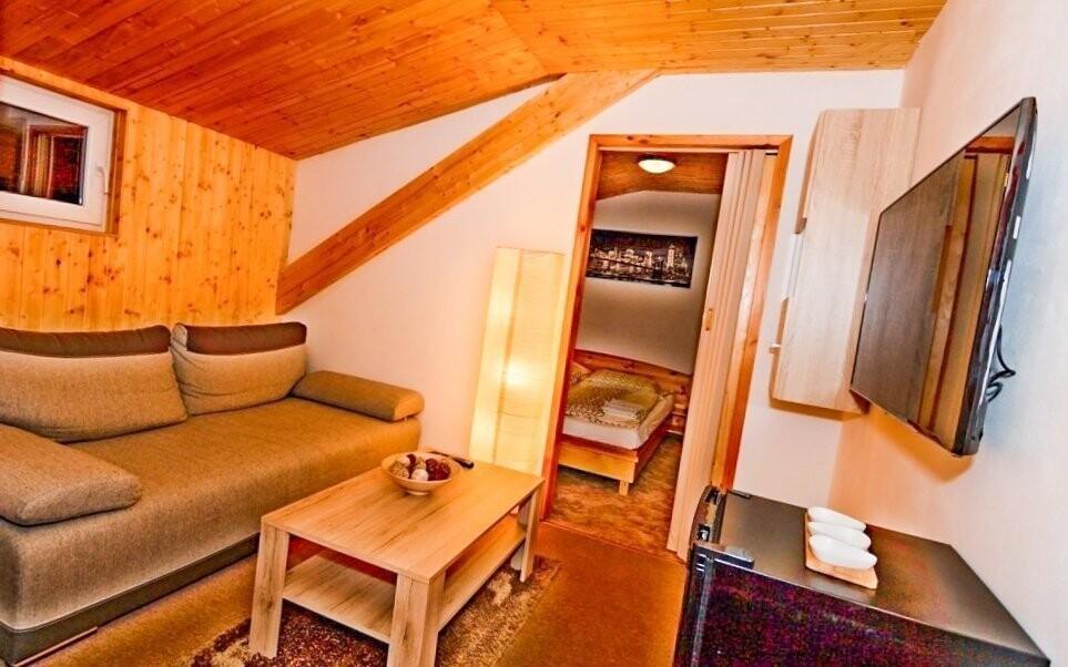 Pokoje jsou vybavené koupelnou i televizí
