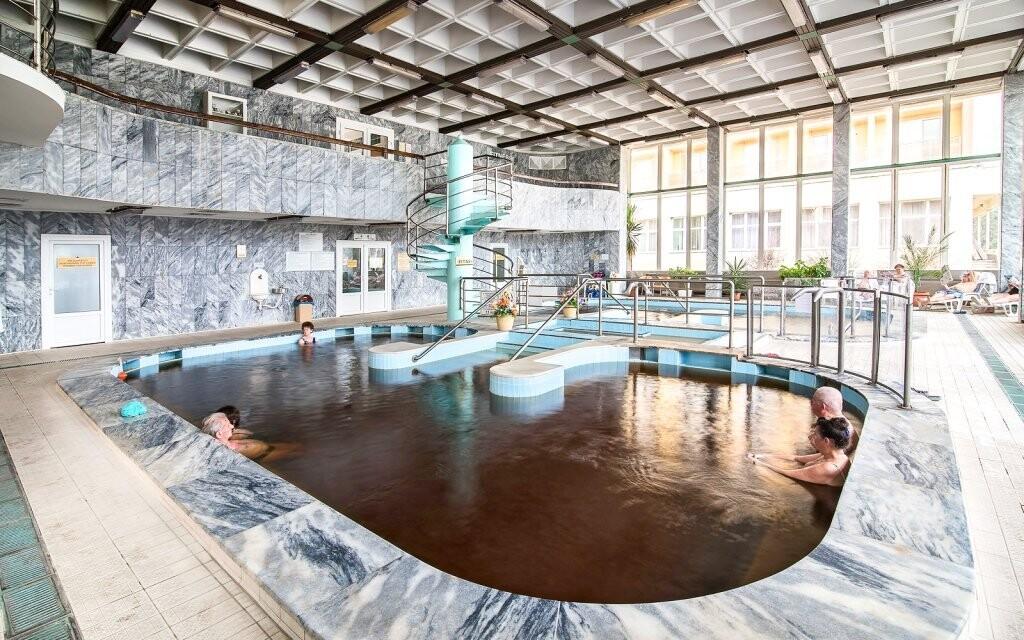 V hotelu je pro hosty k dispozici také několik bazénů