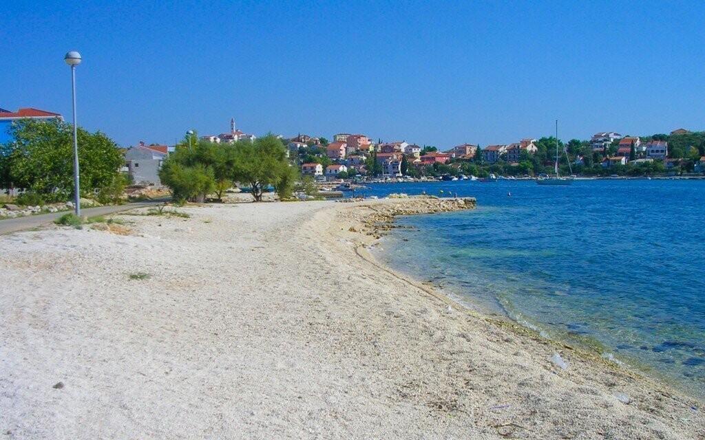 Klidný odpočinek na pláži s průzračně čistým mořem