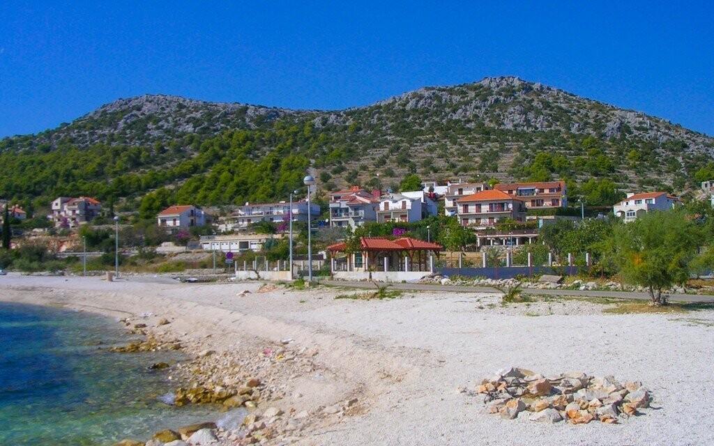 Penzion najdete 80 m od pláže