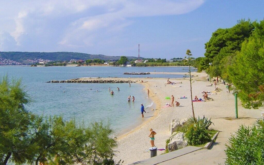 Krásná pláž s malými oblázky vhodná i pro děti