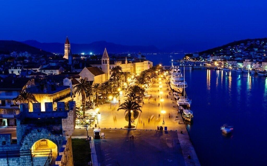 Nádherně osvětlený noční Trogir