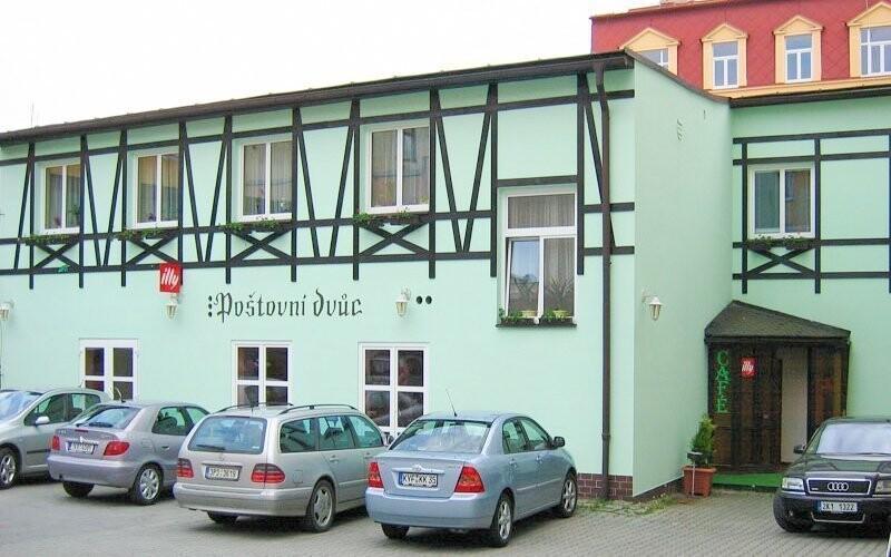 Hotel Poštovní dvůr stojí v centru Mariánských Lázní