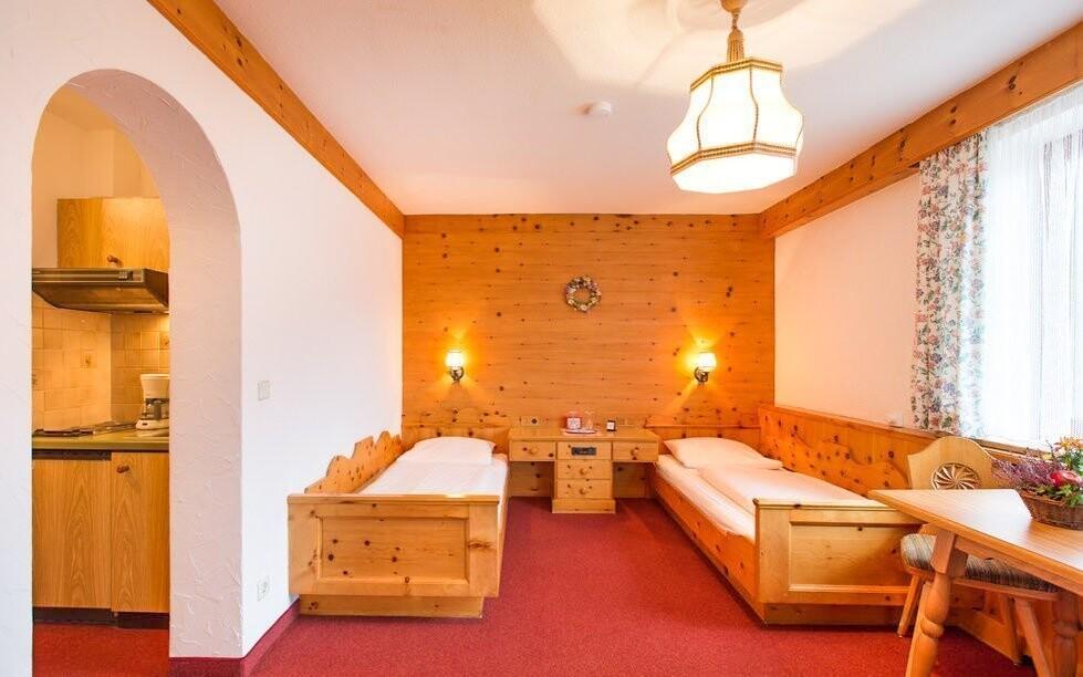 Nábytek pro hotel ručně vyrobil tesař
