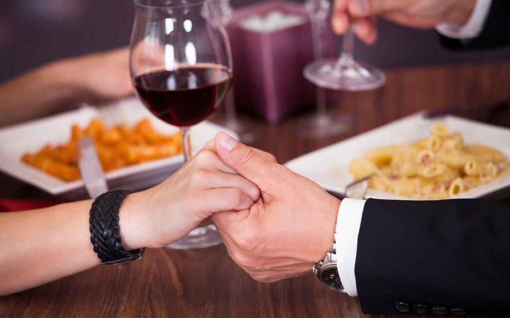 Čeká vás snídaně i večeře se sklenkou vína