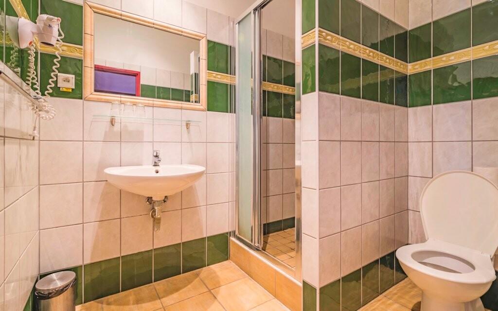 K izbe patrí priestranná kúpeľňa