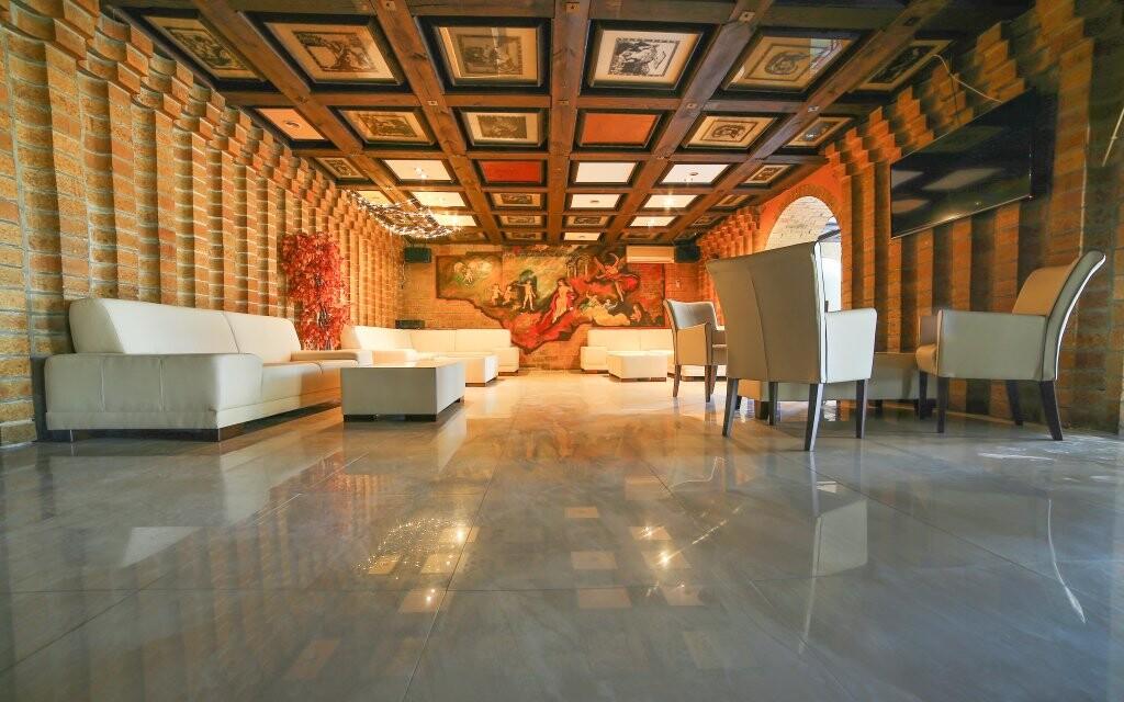 Priestory kaviarne sú zdobené benátskymi freskami