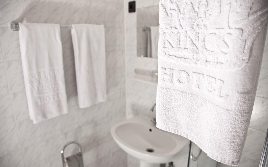 Každý pokoj má koupelnu se sprchou nebo vanou