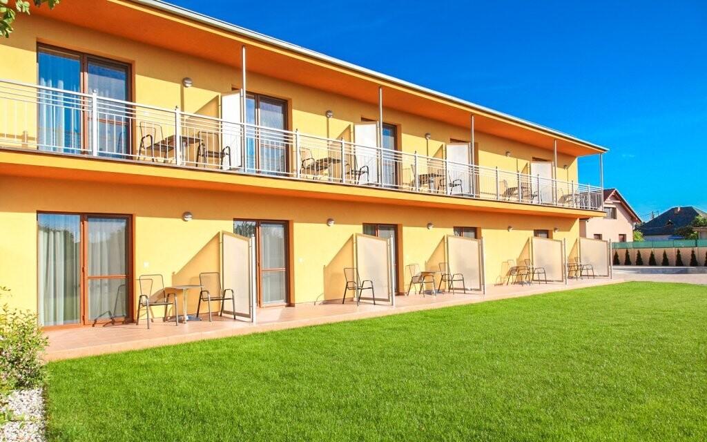 Súčasťou izieb sú i balkóny s výhľadom do záhrady