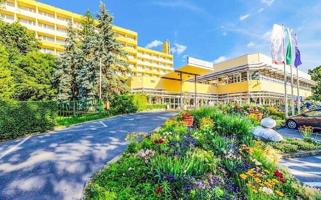 Hotel leží kousek od termálního jezera