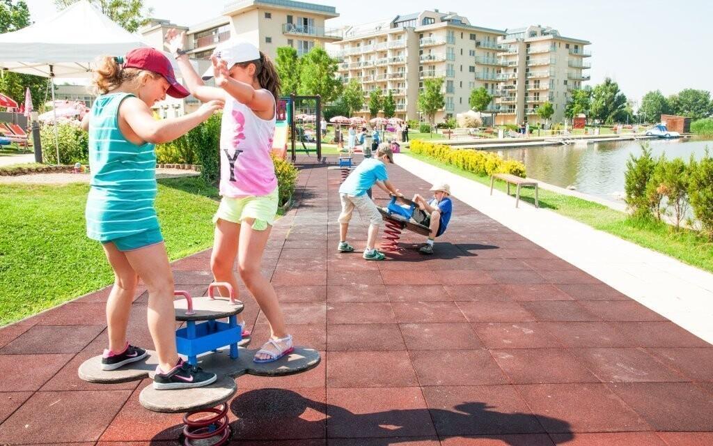 Deti sa vybláznia aj na hojdačkách v hotelovej záhrade