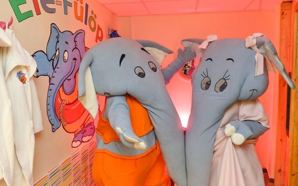 Dvojice hotelových maskotů se dětem postará o zábavu