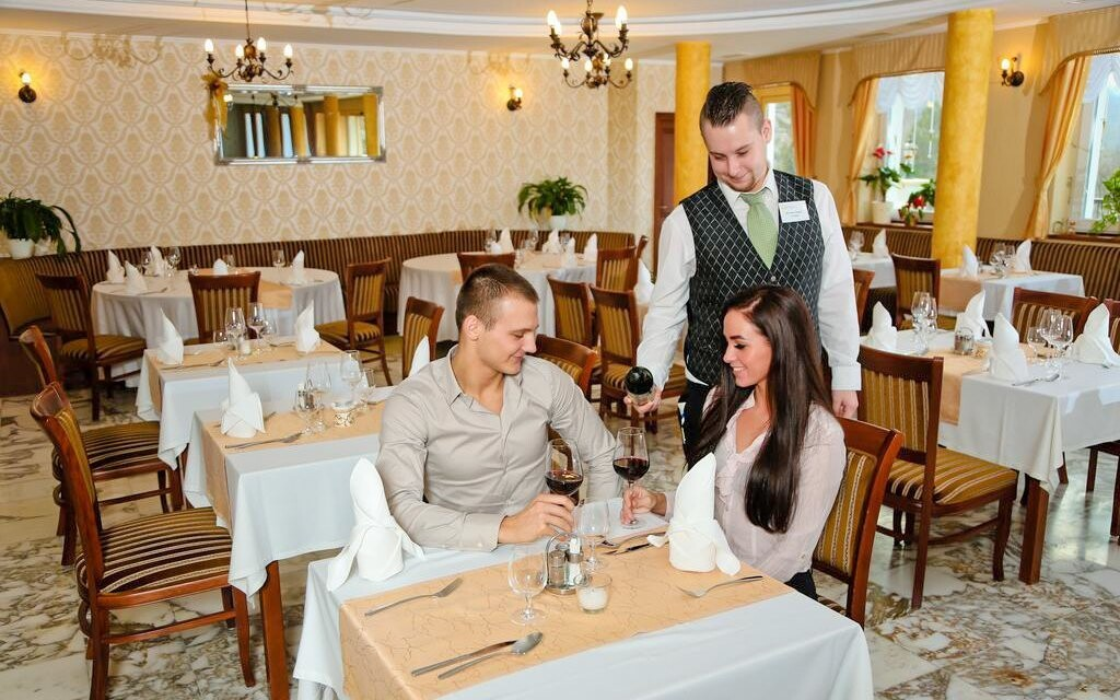 Polopenzi si vychutnáte v hotelové restauraci